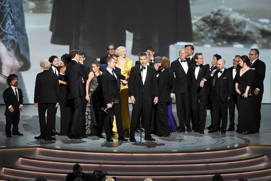 Elenco de ´Game of Thrones´sobe no palco para receber o prêmio na categoria de Melhor Série de Drama, durante a cerimônia do Emmy Awards - 17/09/2018