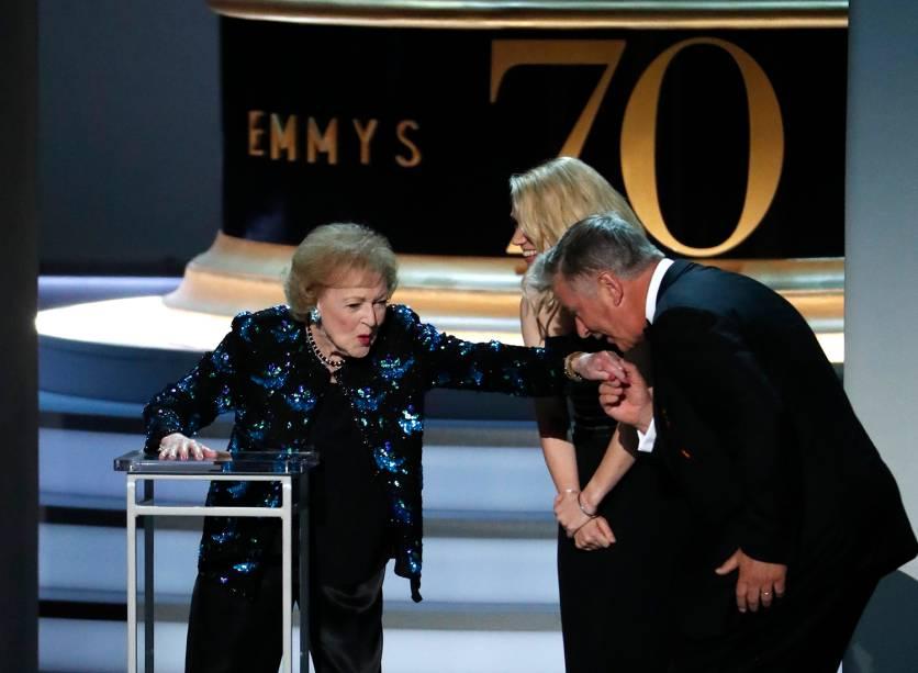 Alec Baldwin beija a mão de Betty White, durante a cerimônia de premiação do Emmy Awards, em Los Angeles - 17/09/2018