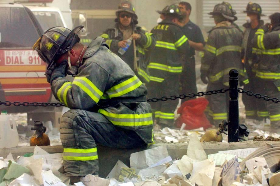 Bombeiro se emociona durante as operações de resgate de vítimas após desabamento das torres do World Trade Center - 11/09/2001