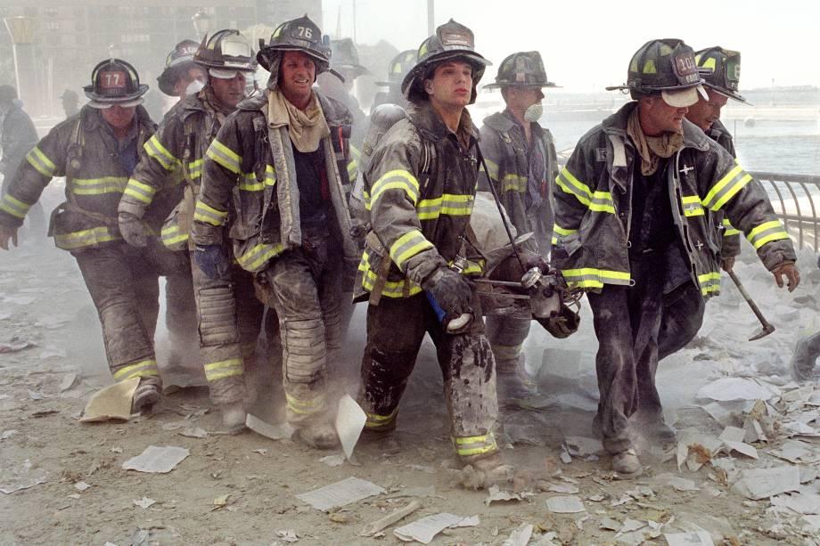 Bombeiros de Nova York carregam o corpo de seu colega  Al Fuentes, ferido no colapso das torres gêmeas do World Trade Center - 11/09/2001