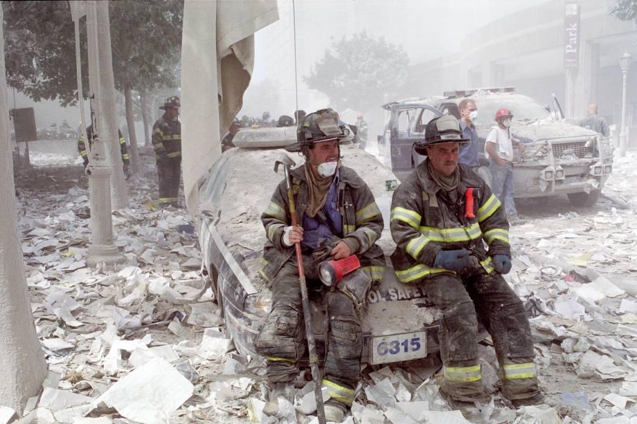 Bombeiros se reúnem perto do marco zero após o ataque terrorista ao World Trade Center, em Nova York