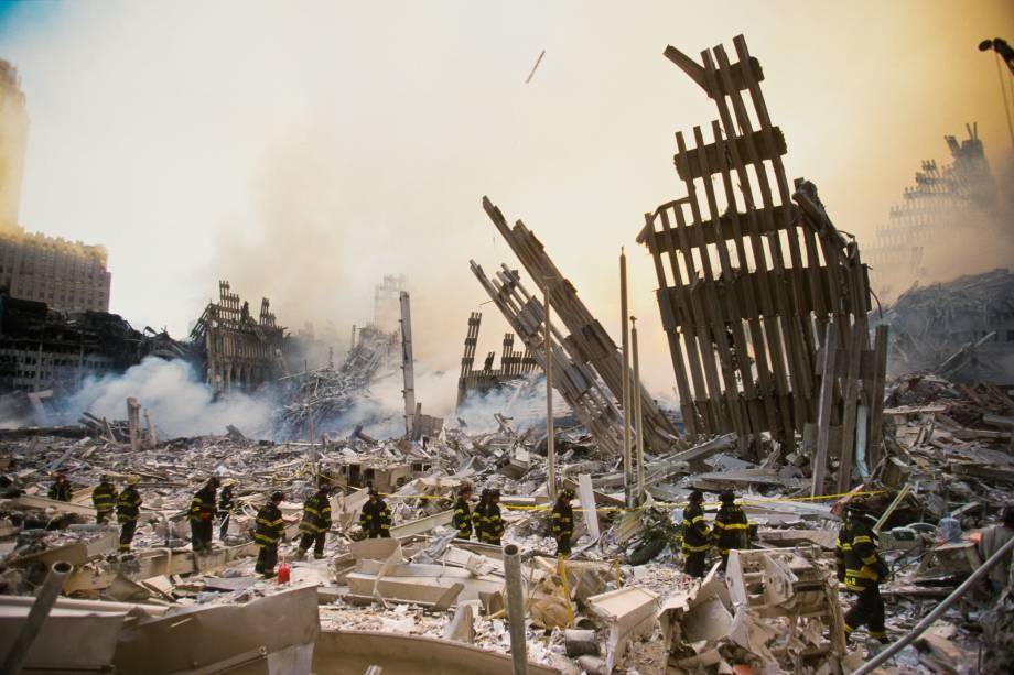 As torres gêmeas do World Trade Center vieram abaixo após dois aviões sequestrados por terroristas serem lançados contra os edifícios em Nova York - 12/09/2001
