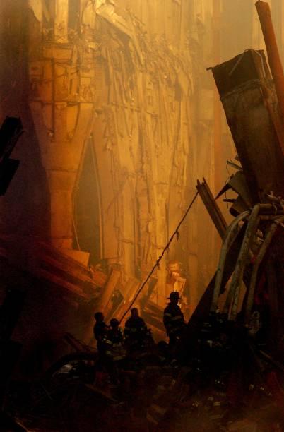 Equipes de resgate realizam buscas nos escombros do World Trade Center após ataque terrorista - 14/09/2001