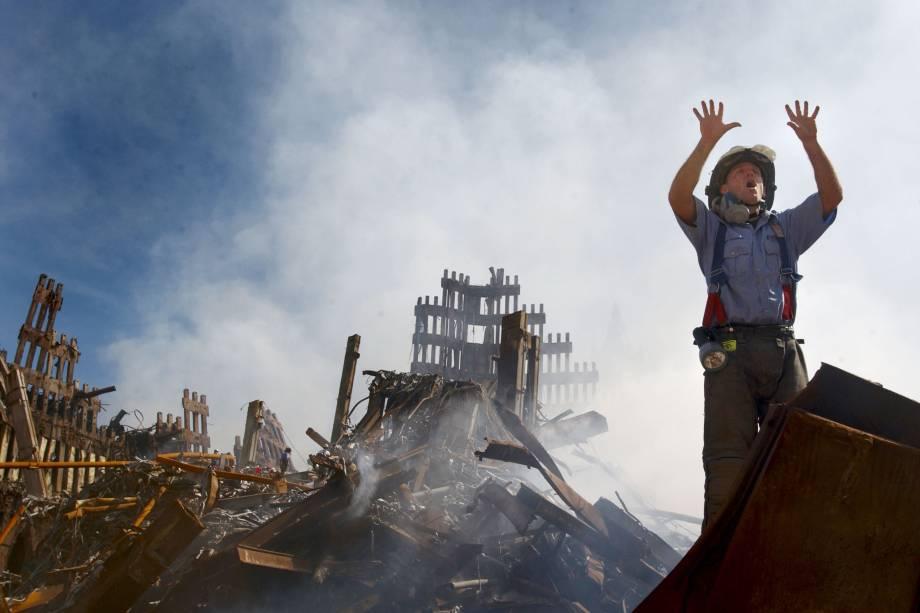 Bombeiro pede ajuda de mais pessoas para prosseguir nas operações de resgate nos escombros do World Trade Center - 14/09/2001