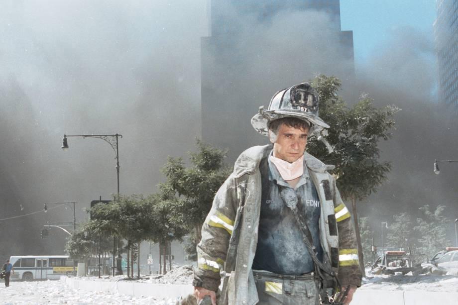 Bombeiro de Nova York se afasta do Marco Zero após o colapso das torres gêmeas do World Trade Center - 11/09/2001