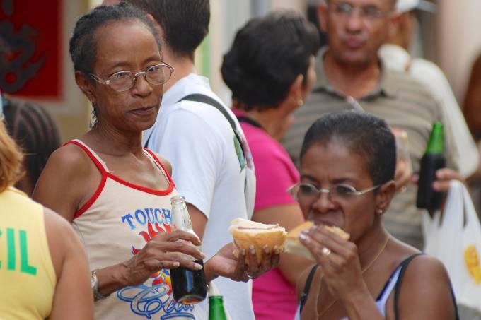 Pessoas comem em pé em lanchonete de Cuba