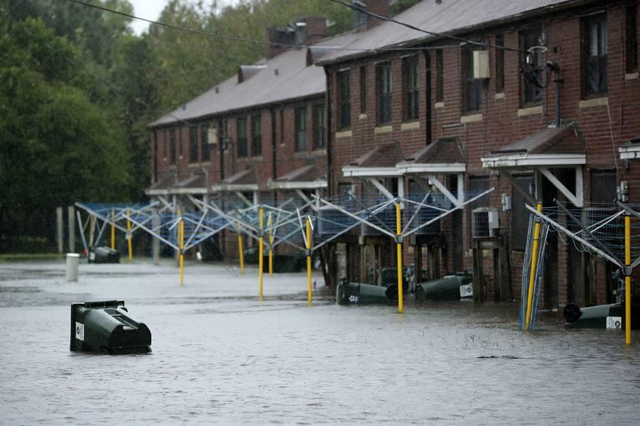 Lata de lixo flutua após o rio Neuse transbordar, durante a passagem do furacão Florence em New Bern, no estado americano da Carolina do Norte - 13/09/2018