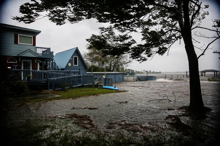 Rio Neuse transborda durante a passagem do furacão Florence, em New Bern, no estado americano da Carolina do Norte - 13/09/2018