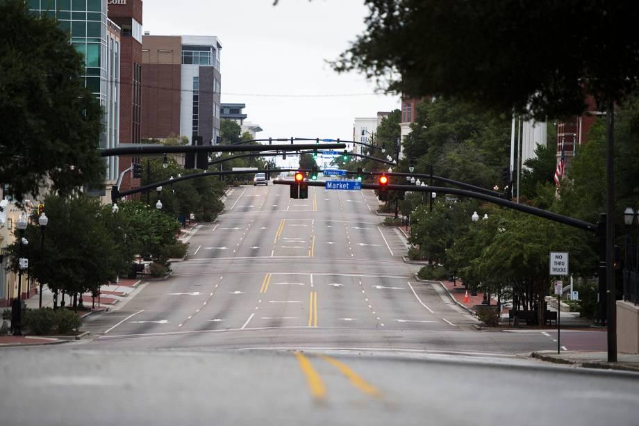 Avenida é vista vazia antes da passagem do furacão Florence, na cidade de Wilmington, localizada no estado americano da Carolina do Norte - 13/09/2018