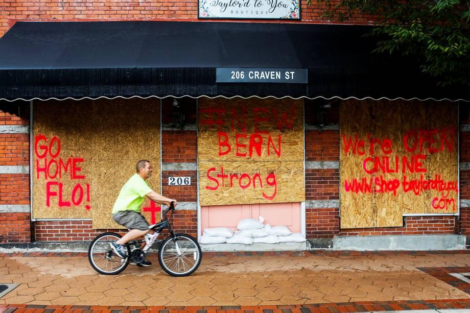 Estabelecimento recebe tapumes de madeira em sua fachada, como medida de proteção para a passagem do furacão Florence, em New Bern, no estado americano da Carolina do Norte - 13/09/2018