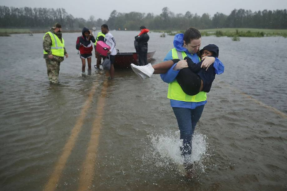 Voluntários auxiliam no resgate de uma criança e sua família em uma região inundada em James City, na Carolina do Norte - 14/09/2018