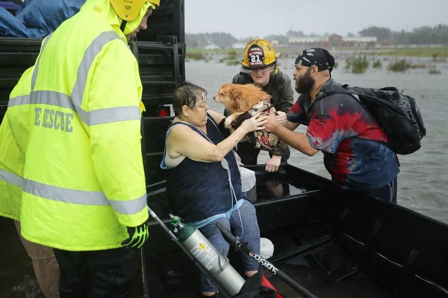 Equipes de resgate e voluntários ajudam a resgatar uma mulher e seu cachorro de sua casa inundada durante passagem do furacão Florence em James City, na Carolina do Norte - 14/09/2018