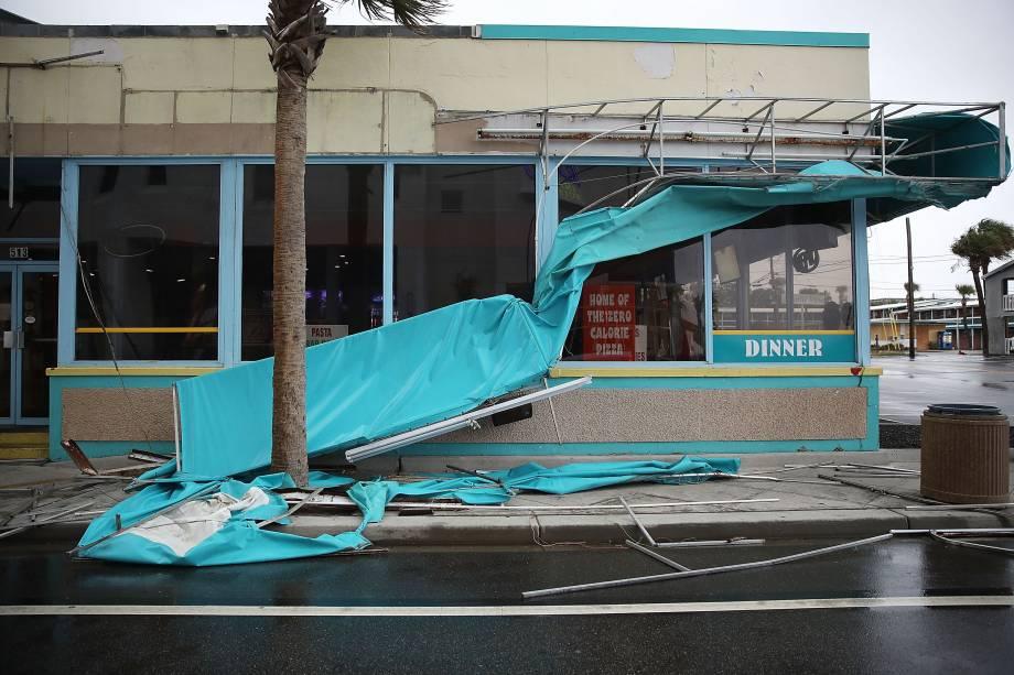 Fachada de restaurante fica danificada após ser atingida pelos ventos do furacão Florence em Myrtle Beach, na Carolina do Sul - 14/09/2018