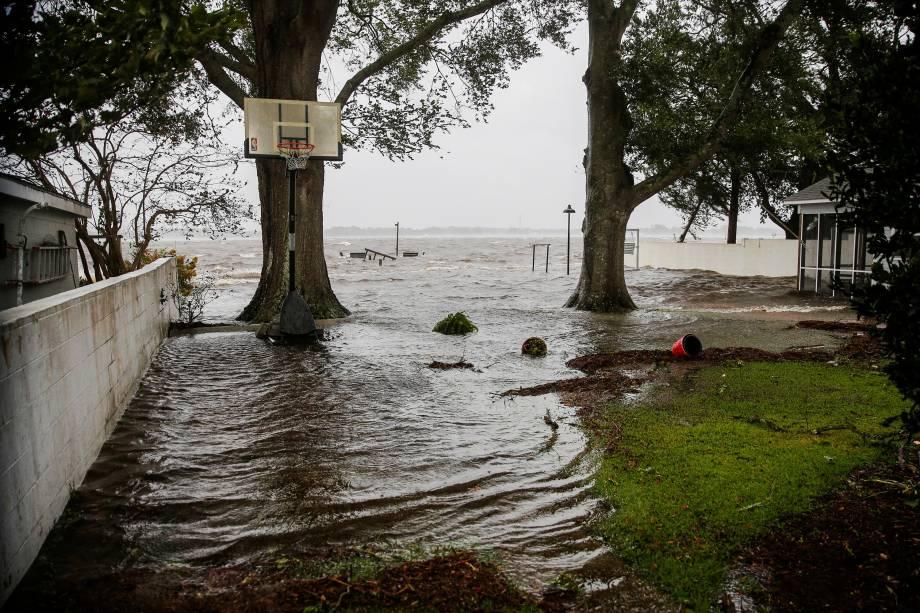 Água do rio Neuse começa a inundar as casas enquanto o furacão Florence toca a terra em New Bern, Carolina do Norte - 13/09/2018