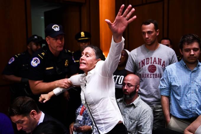 Protestos durante audiência no Senado americano