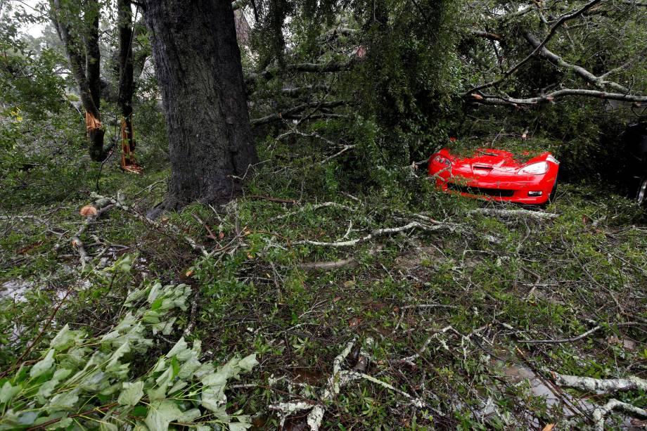 Carro esportivo fica coberto por galhos de árvores derrubadas pela passagem do Furacão Florence em Wilmington, Carolina do Norte - 14/09/2018