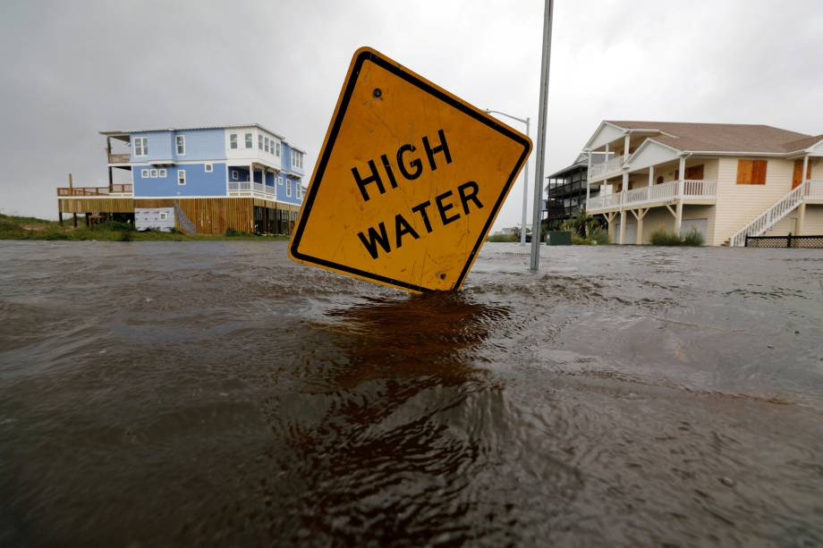 Rua fica inundada após passagem do furacão Florence em Oak Island, Carolina do Norte - 16/09/2018