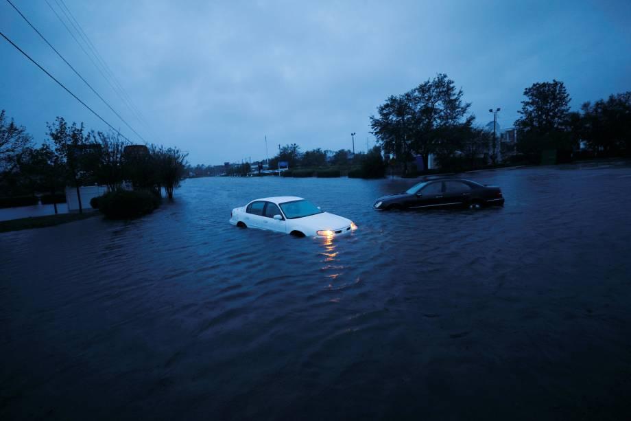Carros ficam submersos em uma rua inundada após passagem do furacão Florence em Wilmington, na Carolina do Norte - 15/09/2018