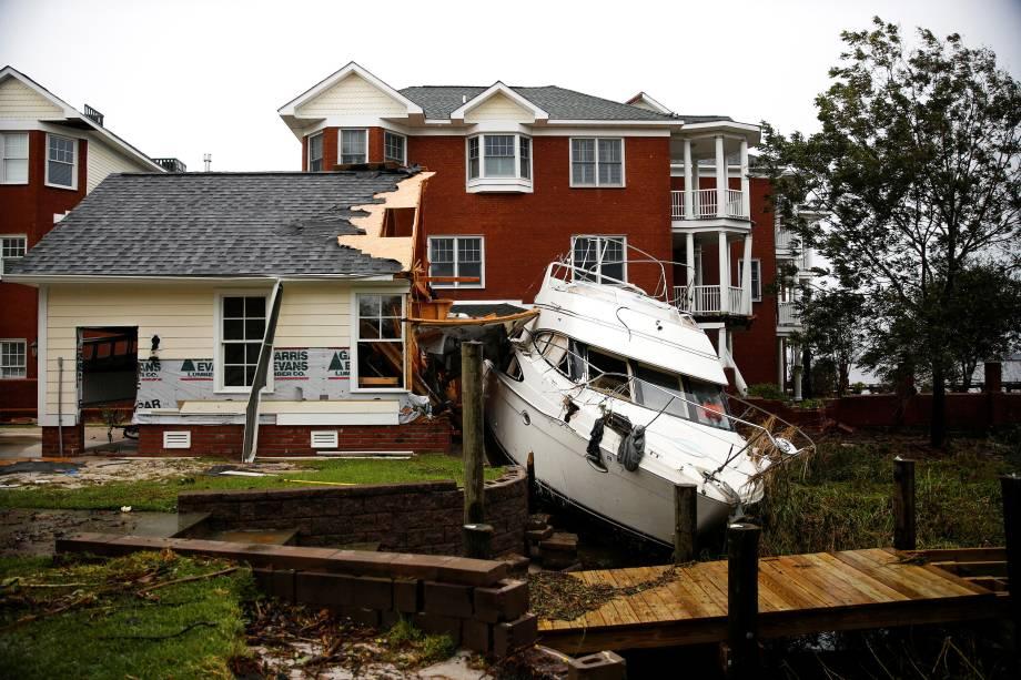 Barco vai parar no quintal de uma casa após a passagem do furacão Florence em New Bern, Carolina do Norte - 16/09/2018