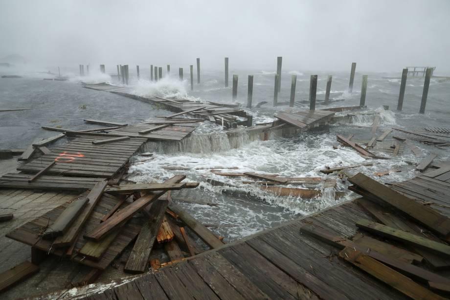 Doca fica completamente destruída pelos fortes ventos e ondas provocados pela passagem do furacão Florence em Atlantic Beach, no estado da Carolina do Norte - 15/09/2018