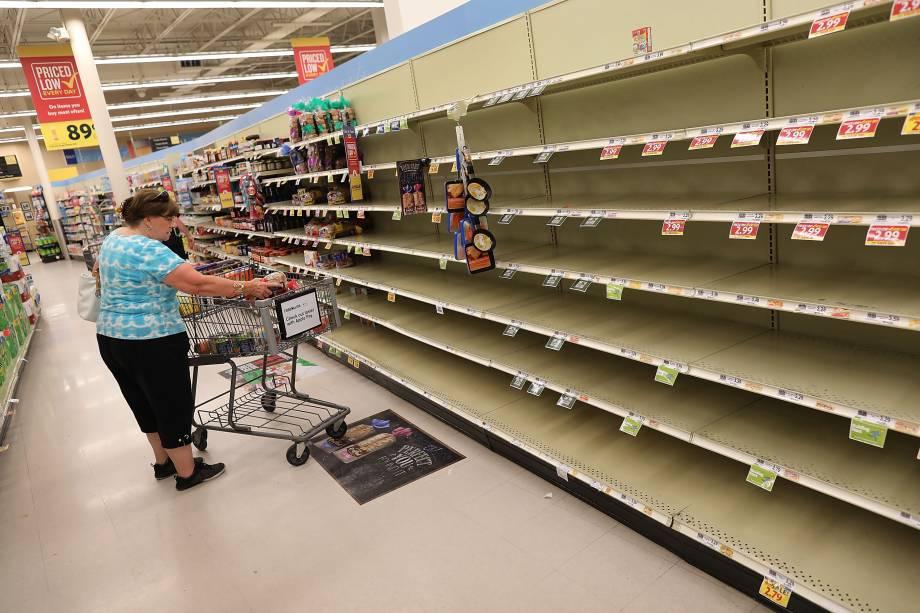 Prateleiras ficam vazias em um supermercado enquanto as pessoas estocam os alimentos antes da chegada do furacão Florence em Myrtle Beach, Carolina do Sul - 12/09/2018