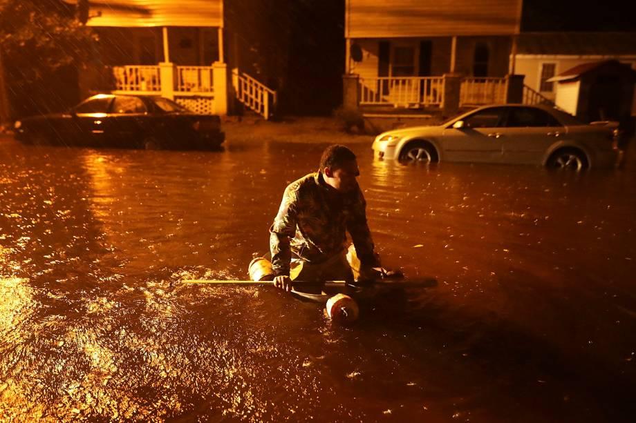 Homem navega em um barco improvisado com peças de metal e um remo, após a inundação causada pelo Rio Neuse, devido a passagem do Furacão Florence em New Bern, na Carolina do Norte - 13/09/2018