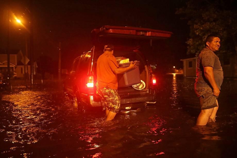 Homens carregam o carro com pertences para a evacuação enquanto o Furacão Florence se aproxima de New Bern, na Carolina do Norte - 13/09/2018