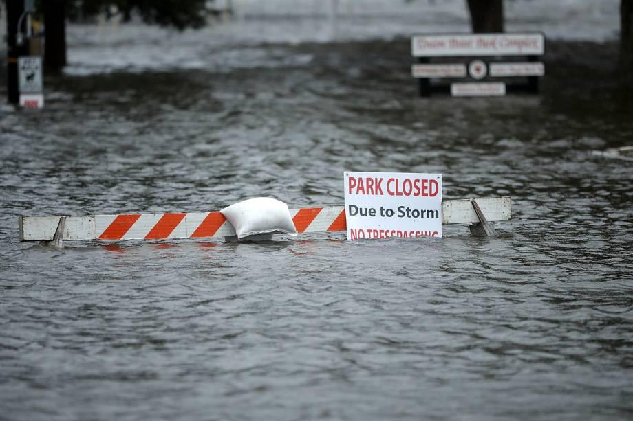 Uma placa de sinalização de fechamento do Parque 'Union Point' é vista nas águas da inundação do Rio Neuse, causada pela aproximação do Furacão Florence em New Bern, na Carolina do Norte - 13/09/2018