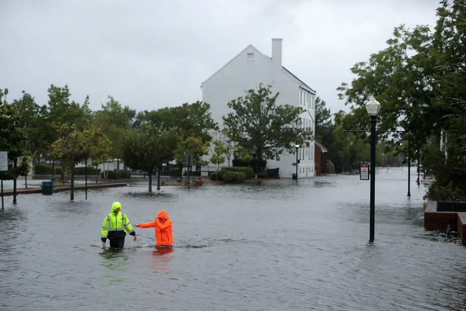 Residentes de New Bern, na Carolina do Norte, andam nas águas da inundação do Rio Neuse após a passagem do Furacão Florence - 13/09/2018