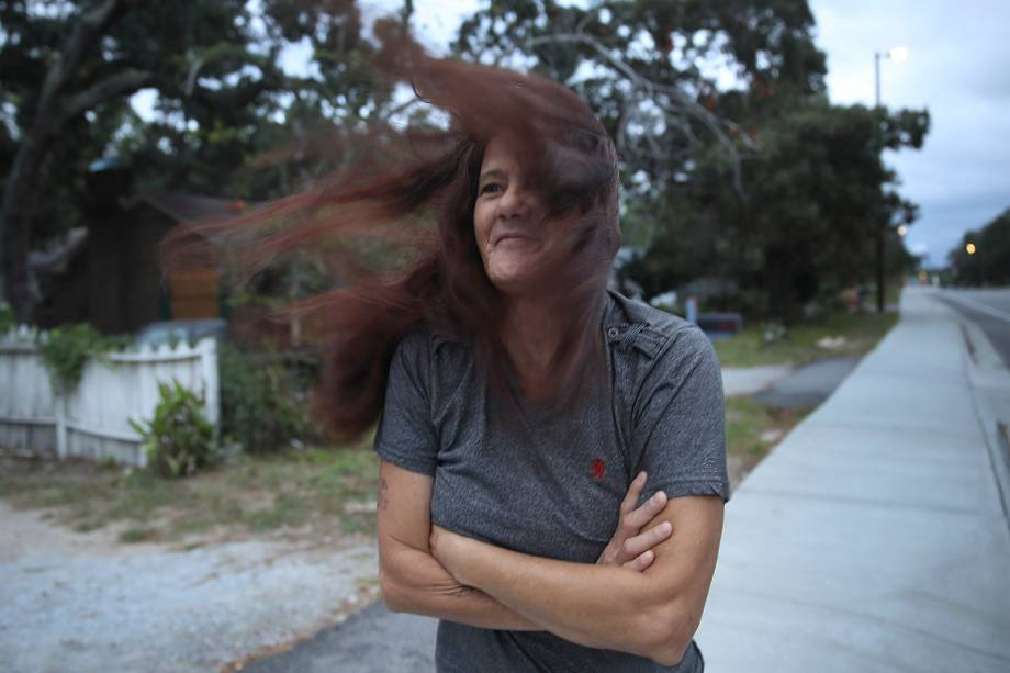 Mulher tem os cabelos bagunçados pelos fortes ventos do furacão Florence em Myrtle Beach, nos Estados Unidos - 14/09/2018