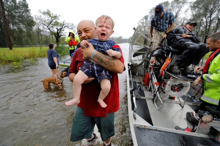 O pequeno Oliver Kelly, de apenas 1 ano, chora ao ser resgatado das enchentes provocadas pela passagem do furacão Florence em Leland, na Carolina do Norte - 16/09/2018