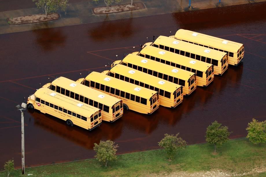 Ônibus escolares, ficam submersos em um pátio após enchente causada pela passagem do furacão Florence em Lumberton, Carolina do Norte - 17/09/2018