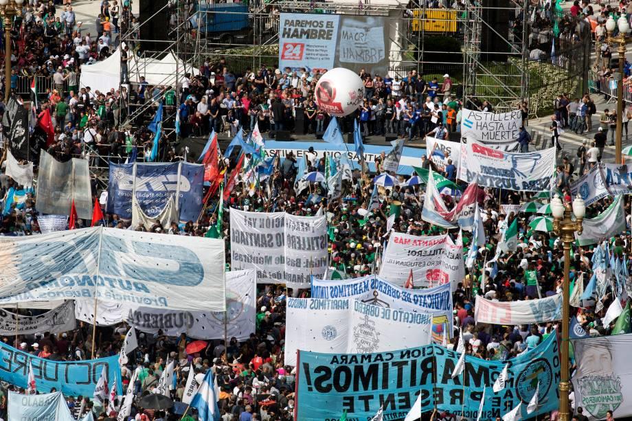 Milhares de pessoas se reúnem na Plaza de Mayo durante protesto contra a política econômica do presidente argentino Mauricio Macri, em Buenos Aires - 24/09/2018