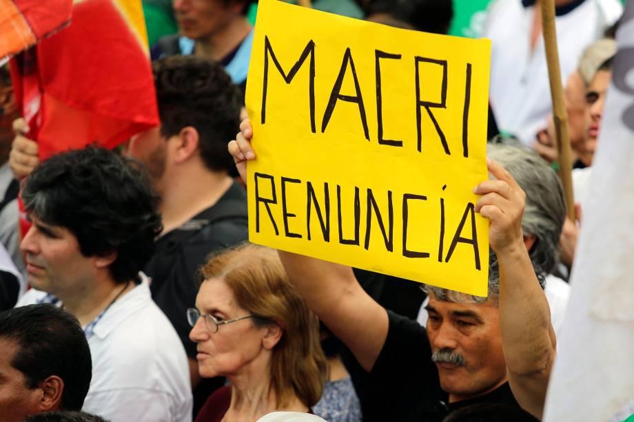 """Homem segura uma placa que diz """"Macri renuncie"""" durante um protesto contra a política econômica do presidente argentino em Buenos Aires - 24/09/2018"""