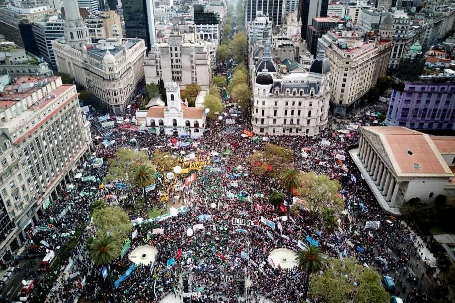 Milhares de pessoas se reúnem na Plaza de Mayo durante um protesto contra a política econômica do presidente argentino Mauricio Macri, em Buenos Aires - 24/09/2018