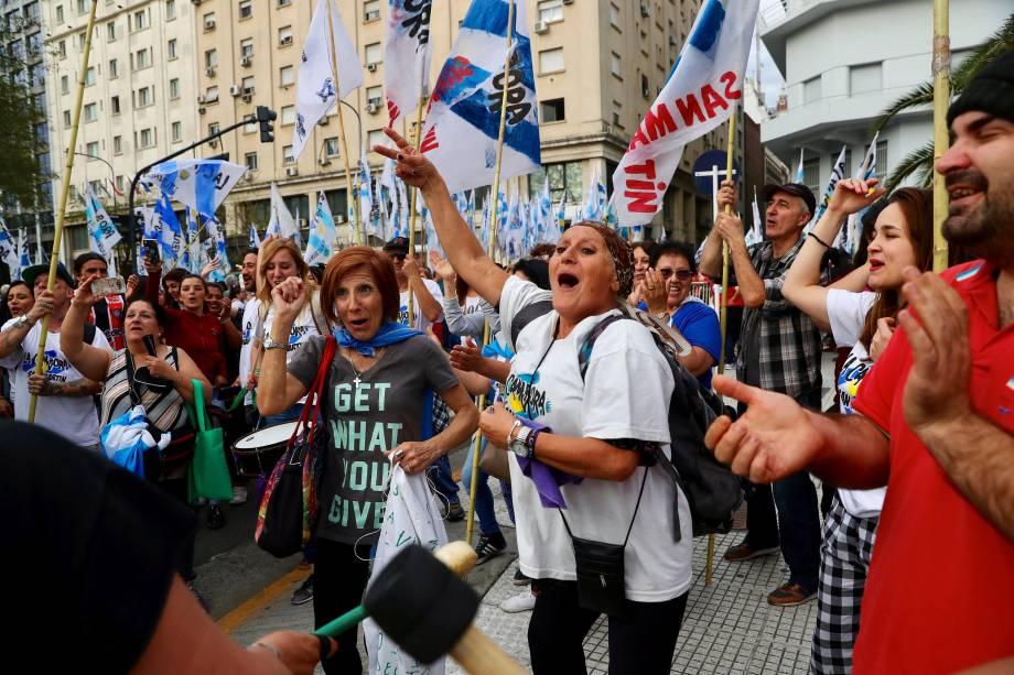 Manifestantes gritam palavras de ordem durante um protesto contra as medidas econômicas do governo Macri em Buenos Aires, na Argentina - 24/09/2018