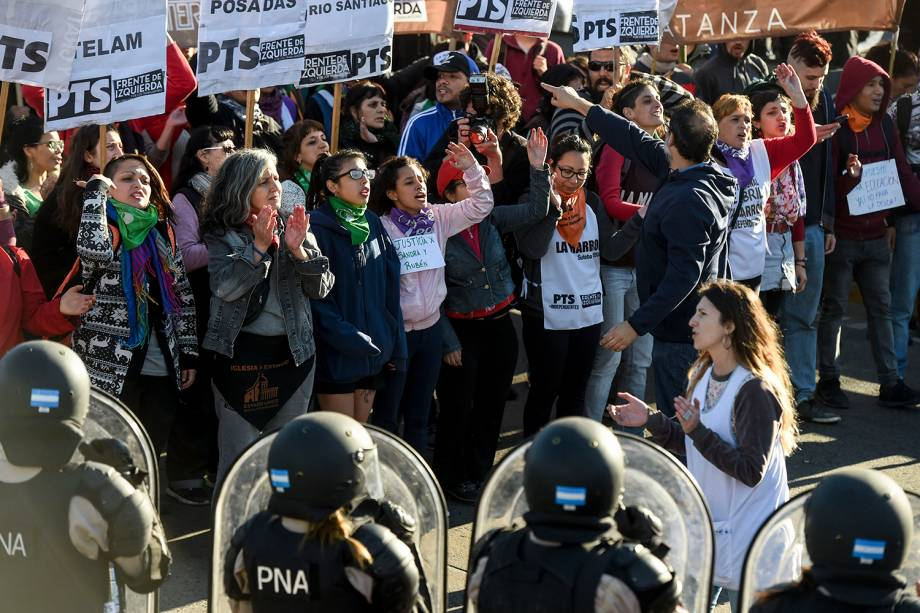 Manifestantes bloqueiam a Ponte Pueyrredón, na cidade argentina de Avellaneda, durante greve geral no país - 25/09/2018