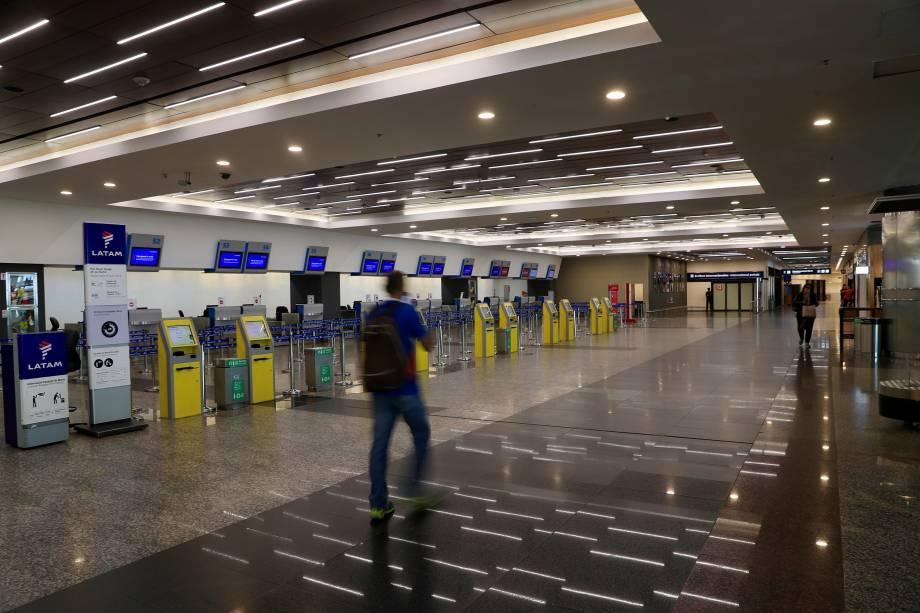 Homem passa por balcões de check-in vazios no saguão do aeroporto metropolitano Jorge Newbery durante uma greve nacional em Buenos Aires - 25/09/2018