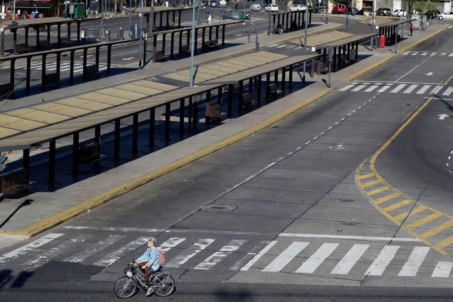 Mulher passeia de bicicleta por paradas de ônibus vazias durante uma greve nacional de um dia em Buenos Aires, Argentina - 25/09/2018