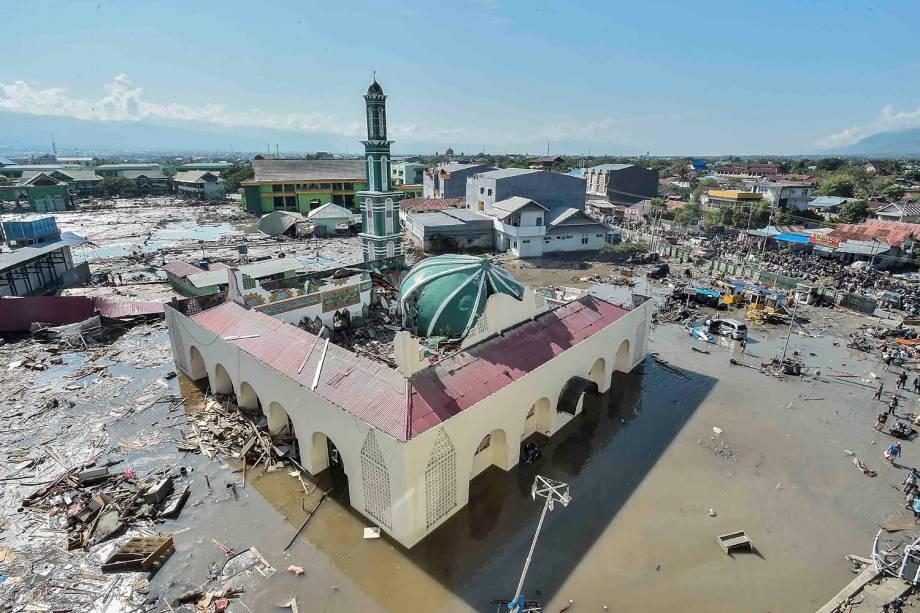 Vista aérea da mesquita Baiturrahman destruída pelo Tsunami em Palu, Indonésia - 30/09/2018