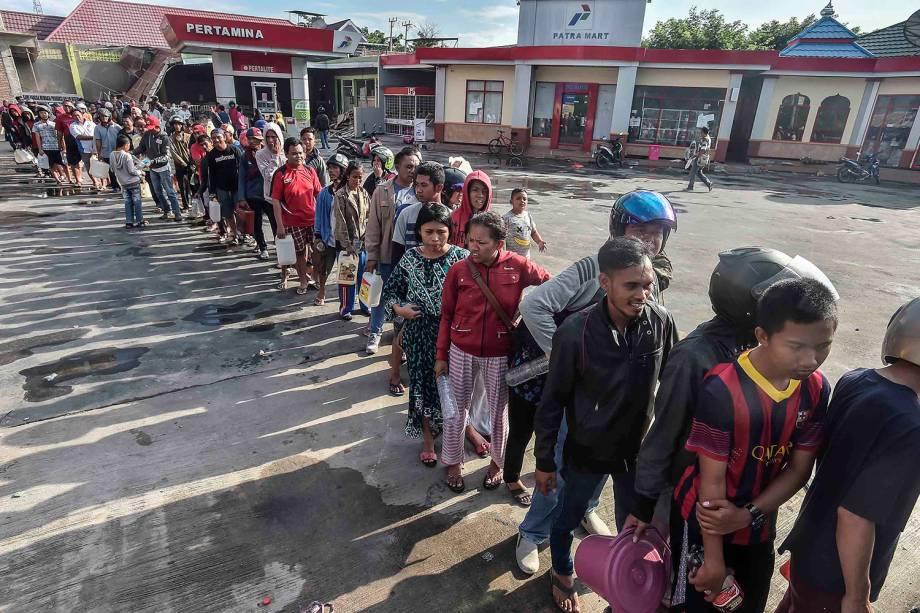 Pessoas buscam combustível na cidade de Palu, Indonésia - 30/09/2018