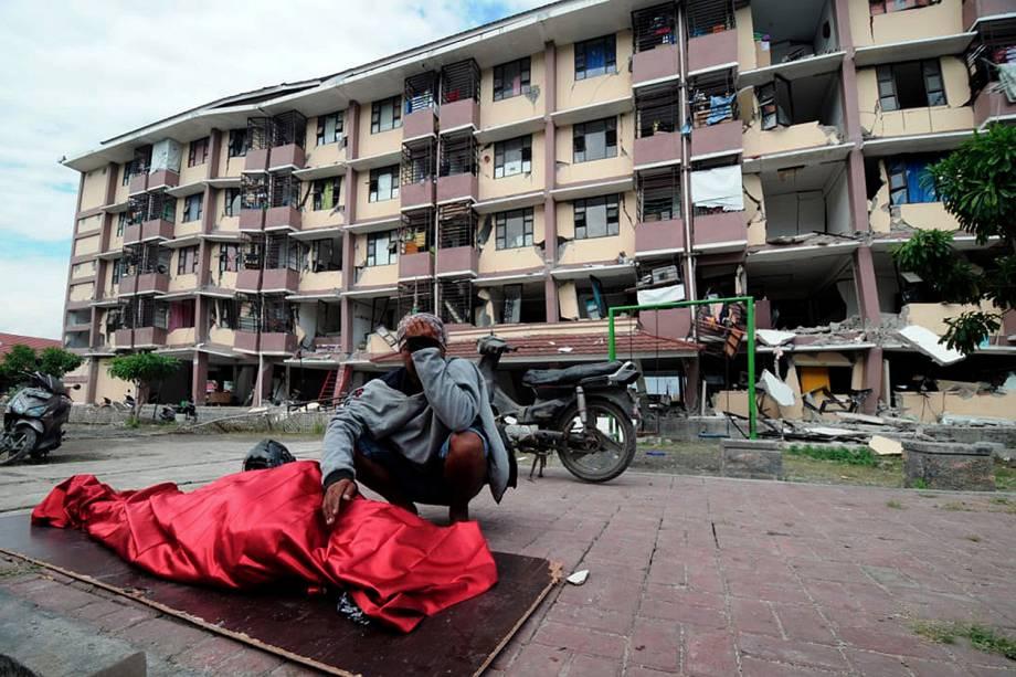 Homem chora próximo ao corpo de sua mãe morta em decorrência do terremoto que atingiu a cidade de Palu na Indonésia - 29/09/2018