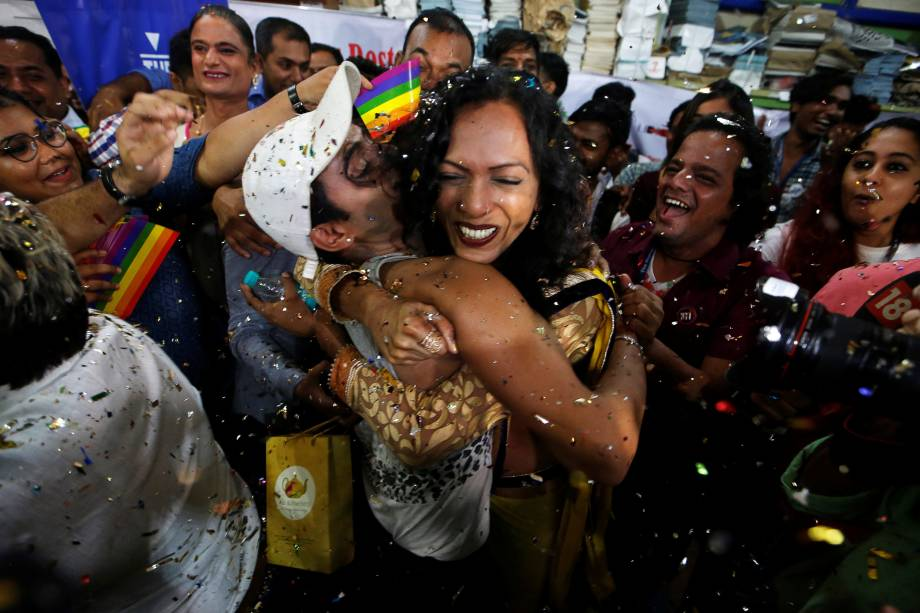 Ativistas LGBT comemoram após o veredicto da Suprema Corte de descriminalizar a homossexualidade e revogar lei arcaica de 157 anos, em uma ONG em Mumbai, na Índia - 06/09/2018
