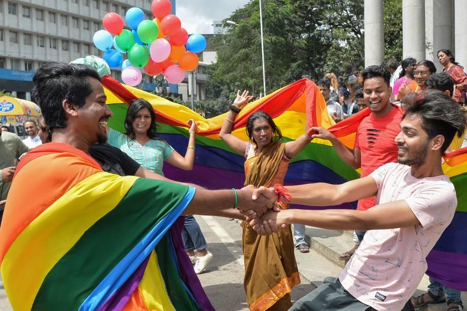 Ativistas da comunidade LGBT celebram a decisão da Suprema Corte que derruba a proibição das relações homossexuais em Bangalore, na Índia - 06/09/2018