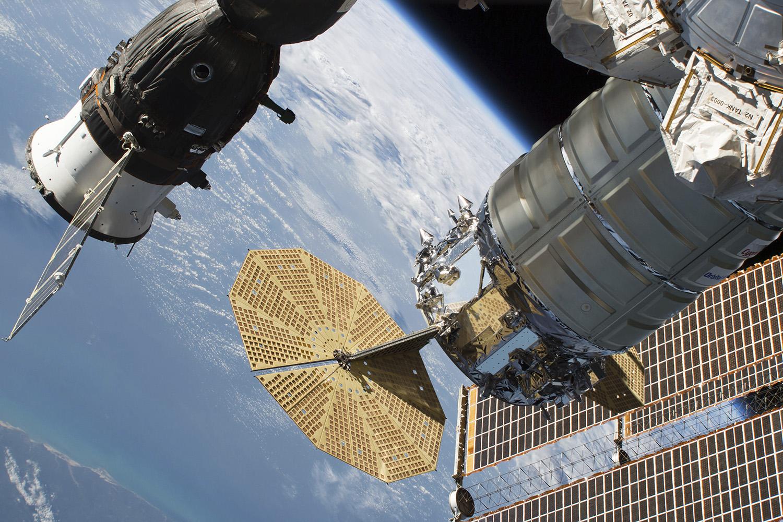 Um vazamento de ar no casco da nave russa Soyuz MS-09, que está acoplada à Estação Espacial Internacional, gerou atritos em 2018. Moscou afirmou inicialmente que incidente foi causado por sabotagem, mas depois atribuiu o vazamento a um erro humano – 05/09/2018