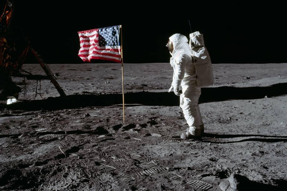 O astronauta Neil Armstrong saudando a bandeira americana após aterrissar em solo lunar