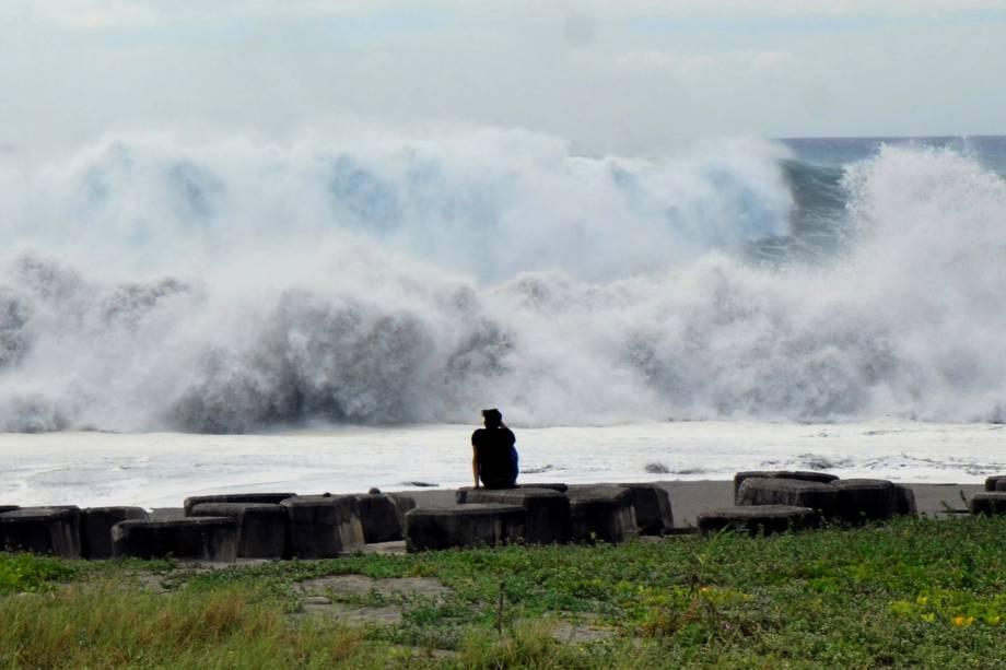 Homem observa enormes ondas na costa do condado de Taitung, leste de Taiwan, enquanto o supertufão Mangkhut se aproxima do mar do sul de Taiwan - 14/09/2018