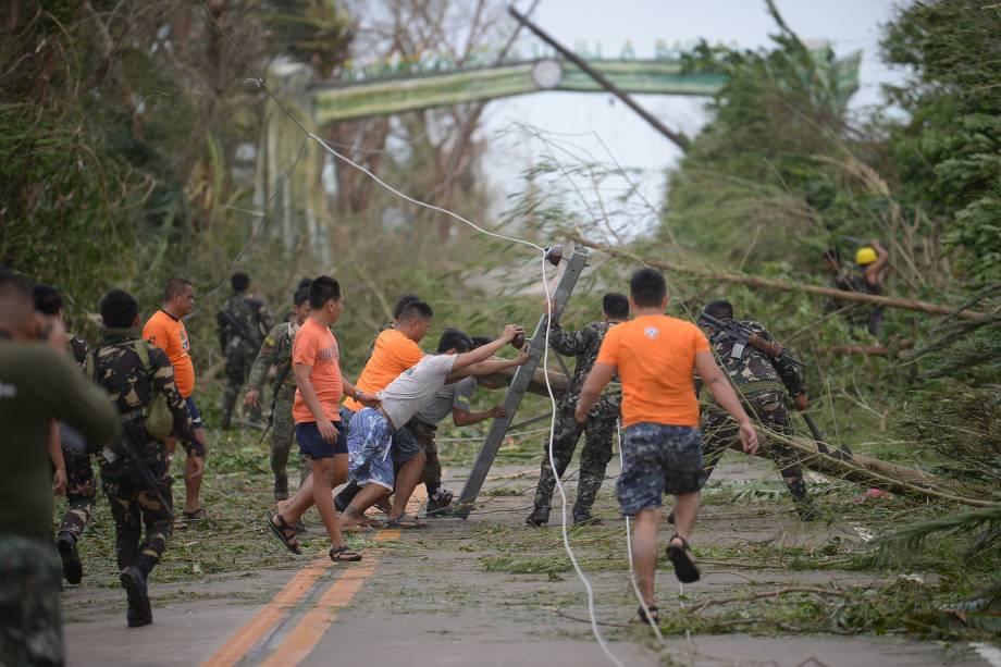Equipes de resgate limpam uma estrada coberta de árvores e postes elétricos derrubados pelos fortes ventos do supertufão Mangkhut na província de Cagayan, ao norte de Manila nas Filipinas - 15/09/2018