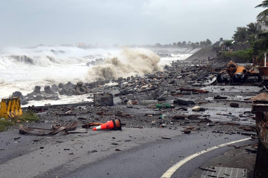Escombros ocupam o trecho de uma estrada no município de Taitung, leste de Taiwan, enquanto o tufão Mangkhut se aproxima do sul do país - 15/09/2018