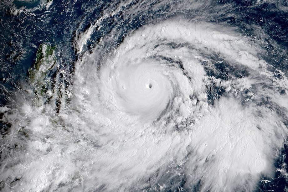 Imagem feita por satélite mostra o tufão Mangkhut avançando em direção às Filipinas - 13/09/2018